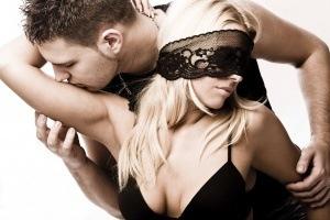 mannen fantaseren over een vrouw die zich laat blinddoeken